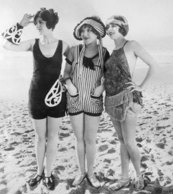 Three Beauties par General Photographic Agency 1920